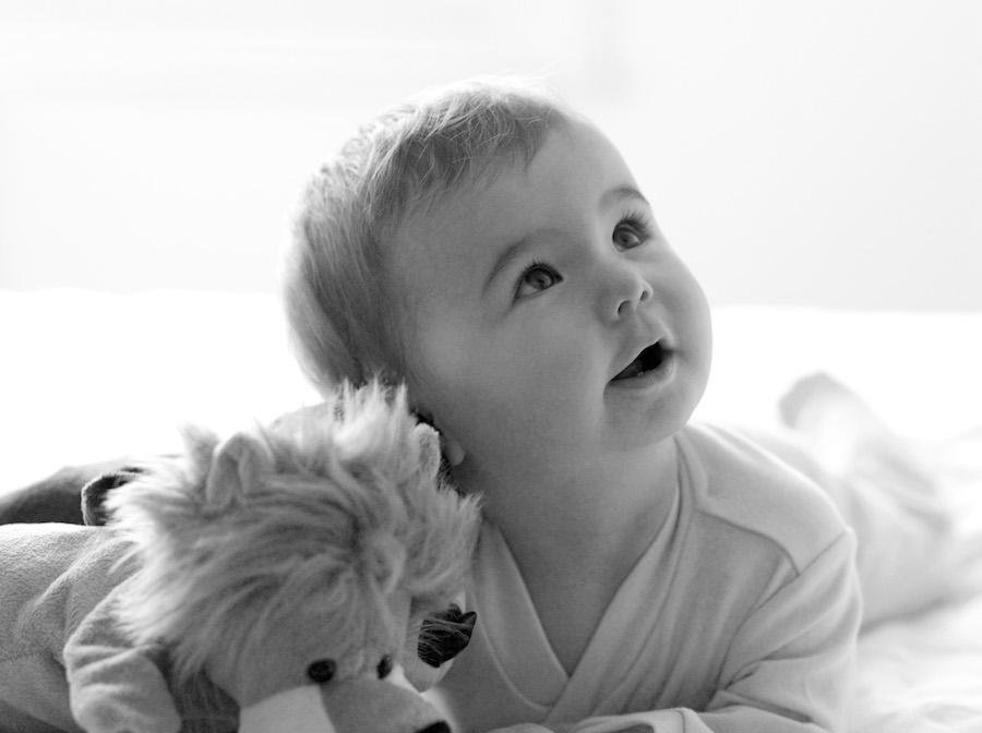 Bébé et sa peluche