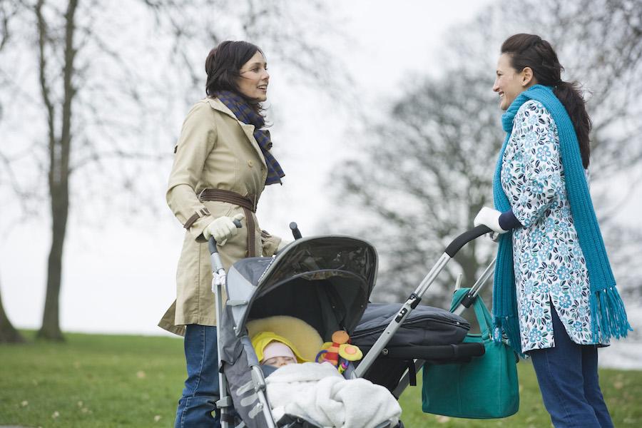 Deux Mamans et leurs poussettes trios
