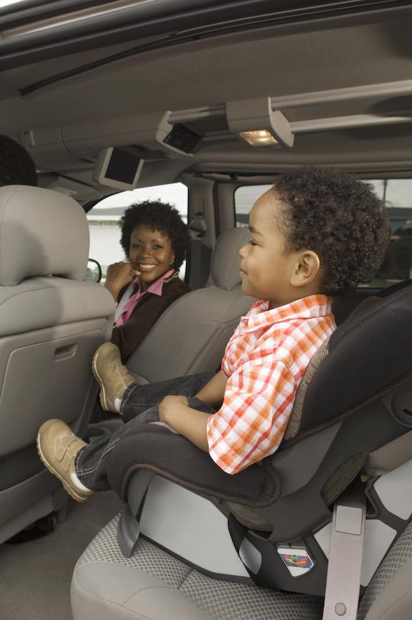 Garçon dans son siège auto