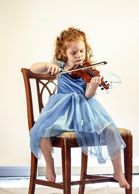 Une jeune demoiselle jouant du violon
