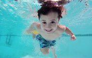 Garçon à la piscine
