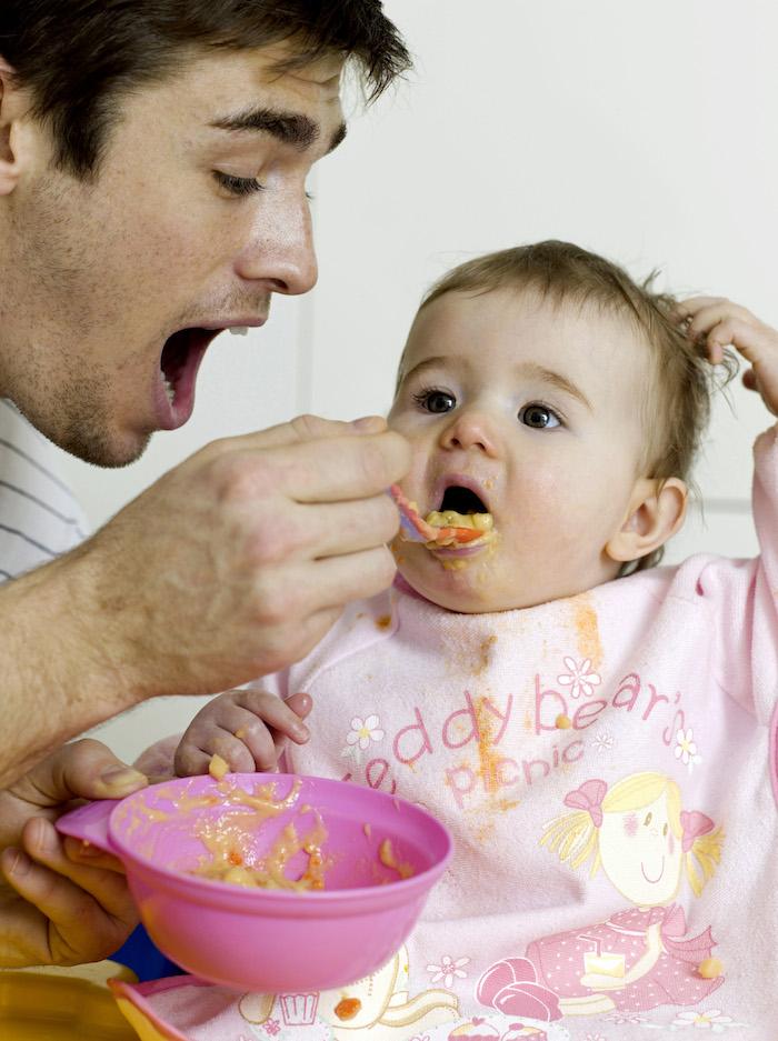 Papa et bébé essayent de manger, c'est ça l'alimentation à 8 mois ?