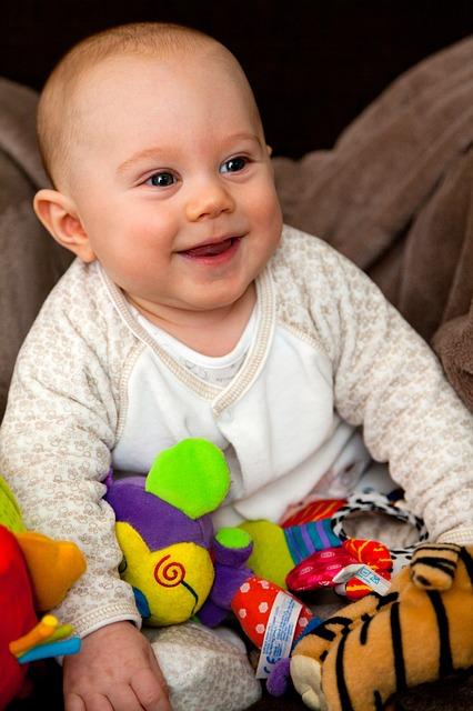 Bébé a-t-il déjà ses premières dents de lait ?