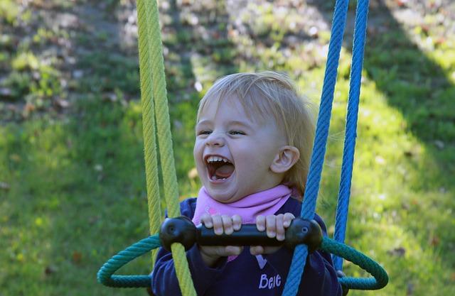 Enfant s'amusant sur sa balançoire