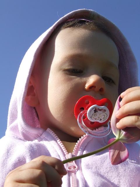 Petite fille avec sa tétine