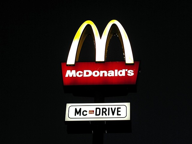 Enseigne Mac Donald's de nuit