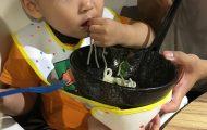 Bébé gourmand avec son bavoir