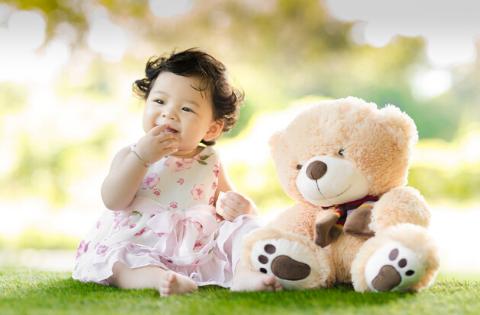 Enfant avec sa peluche en ours