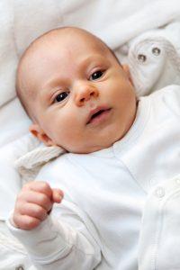 bébé avec une gigoteuse
