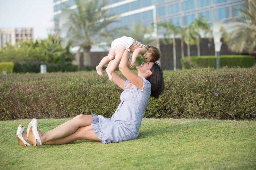 Bébé dans les bras de sa maman