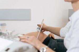 Femme enceinte chez son gynécologue